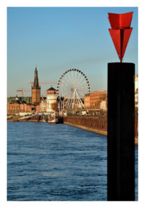 Blick auf die Düsseldorfer Altstadt mit Schlossturm, Lambertuskirche und Riesenrad