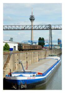 Blick vom Industriehafen auf den Düsseldorfer Rheinturm
