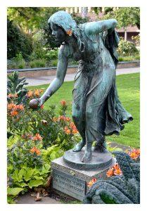 Statue von Professor Walter Schott in einem kleinen botanischen Garten am Graf-Adolf-Platz in Düsseldorf