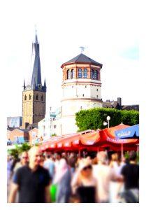 Sommertag an der Rheinuferpromenade in Düsseldorf mit Blick auf den Schlossturm und die Lambertuskirche